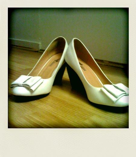 Les chouettes chaussures qui vont avec une robe verte à petits pois blancs